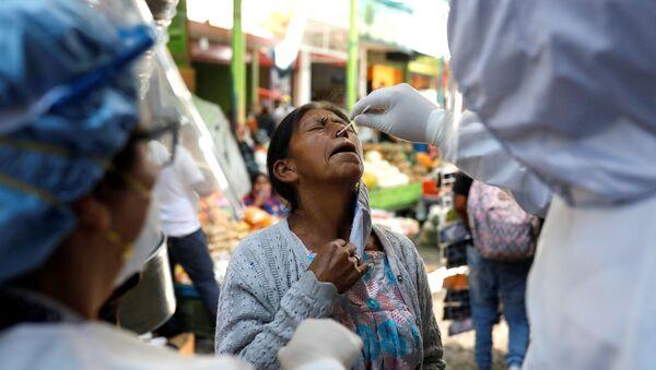 Hacen un test de coronavirus a una mujer guatemalteca - Sputnik Mundo