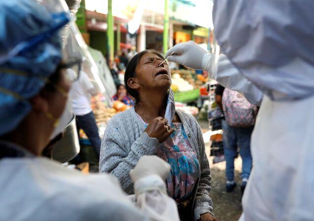Hacen un test de coronavirus a una mujer guatemalteca