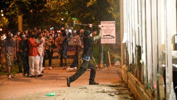 Manifestantes cerca de la Estación de policía de Minneapolis - Sputnik Mundo