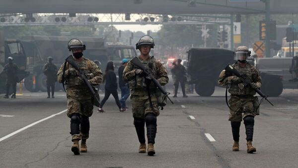 Miembros de la Guardia Nacional en medio de las protestas en Minneapolis  - Sputnik Mundo