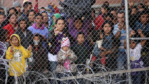 Migrantes de Centroamérica tras cruzar la frontera entre EEUU y México - Sputnik Mundo