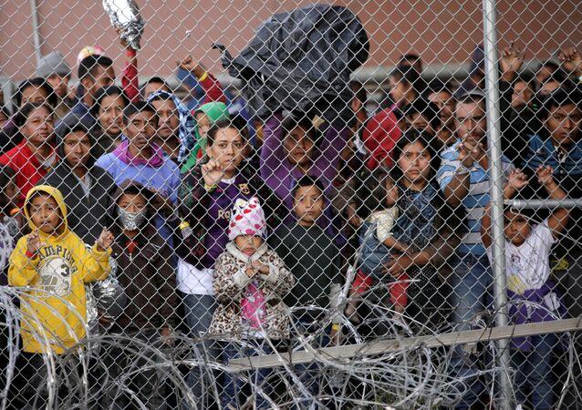 Migrantes de Centroamérica tras cruzar la frontera entre EEUU y México