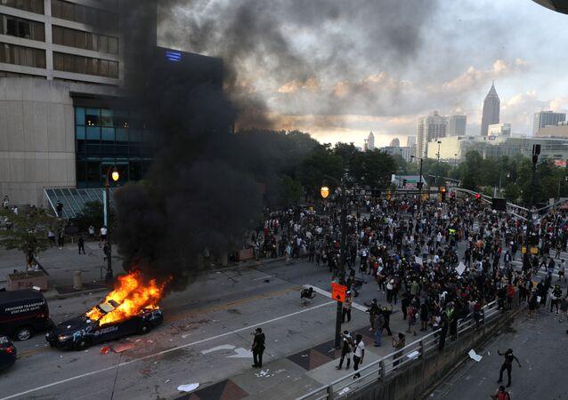 Un vehículo en llamas durante un protesta en Atlanta, Georgia, por la muerte de George Floyd