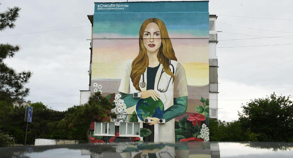 Un graffiti dedicado al personal médico que lucha contra la pandemia de COVID-19
