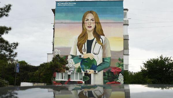 Un graffiti dedicado al personal médico que lucha contra la pandemia de COVID-19 - Sputnik Mundo