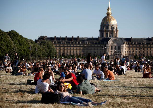 Los habitantes de París disfrutan de buen tiempo cerca del museo de Los Inválidos