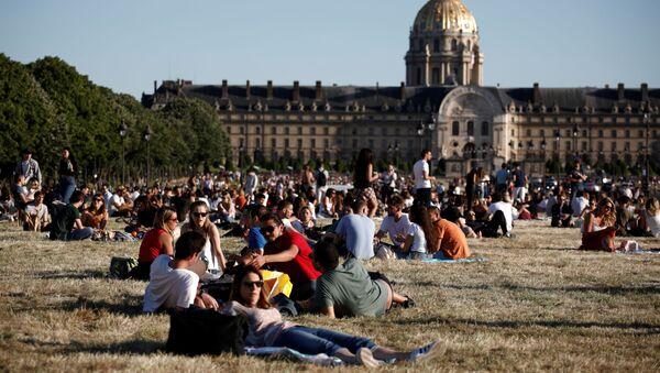Los habitantes de París disfrutan de buen tiempo cerca del museo de Los Inválidos - Sputnik Mundo