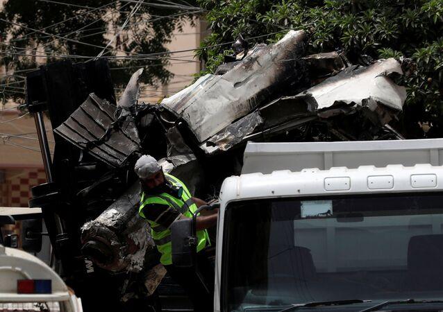 Restos del avión estrellado en Karachi