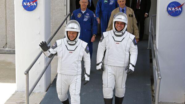 Los astronautas de la NASA, Douglas Hurley y Robert Behnken, caminan hacia la plataforma de lanzamiento de su misión a la EEI, el 27 de mayo - Sputnik Mundo