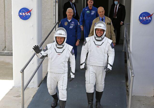 Los astronautas de la NASA, Douglas Hurley y Robert Behnken, caminan hacia la plataforma de lanzamiento de su misión, el 27 de mayo