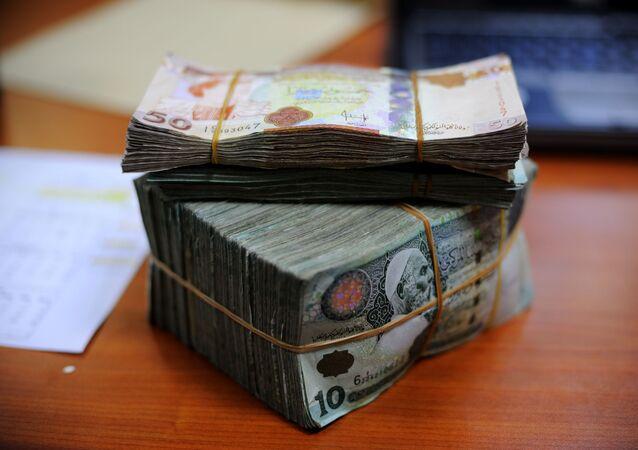 Un fajo de dinarios (imagen referencial)