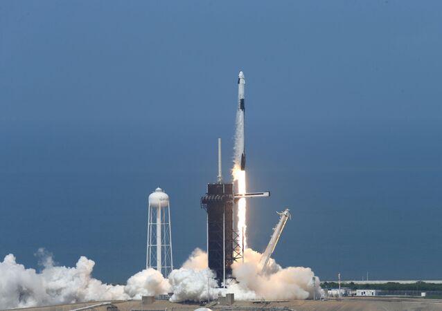 Lanzamiento de Falcon 9 con la nave espacial Crew Dragon
