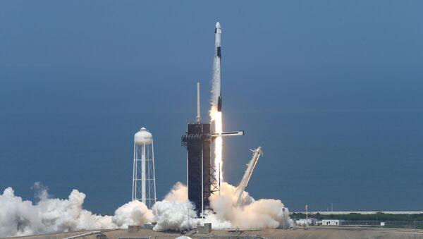 Lanzamiento de Falcon 9 con la nave espacial Crew Dragon - Sputnik Mundo