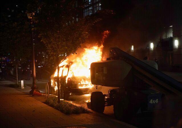 Manifestantes queman un automóvil cerca de la Casa Blanca