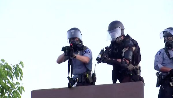 Policía estadounidense en Minneapolis - Sputnik Mundo