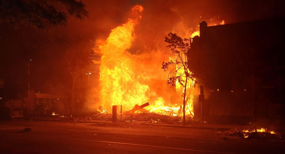 Incendio en una calle en Minneapolis