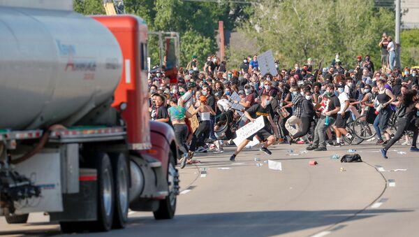 Un camión embiste contra una multitud de manifestantes en Minneapolis - Sputnik Mundo