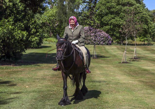 La reina Isabel II monta un caballo en Windsor