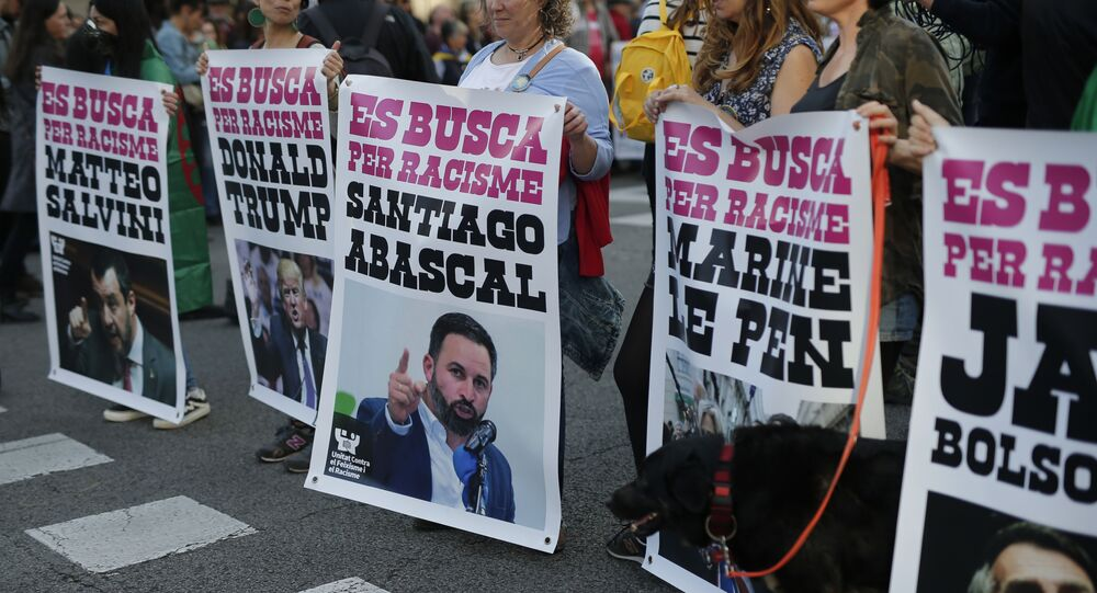Carteles de una protesta contra el racismo en Barcelona