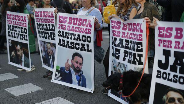 Carteles de una protesta contra el racismo en Barcelona  - Sputnik Mundo