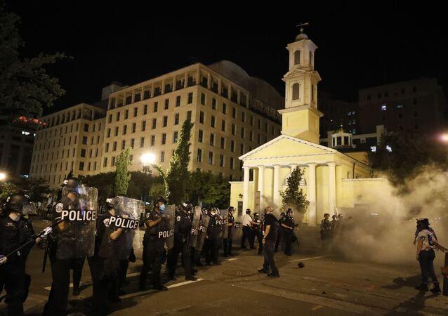 Los policías de EEUU junto a la iglesia de Saint John en Washington