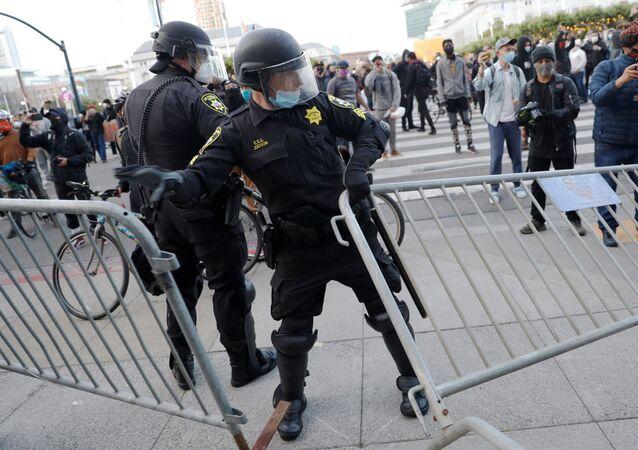 Policía de Minneapolis durante las protestas en EEUU
