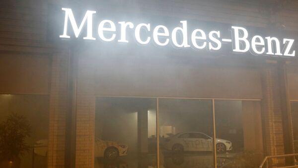 Sala de exposición de Mercedes-Benz en California durante las protestas por el asesinato de George Floyd, EEUU - Sputnik Mundo