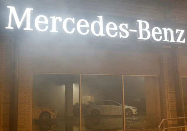 Sala de exposición de Mercedes-Benz en California durante las protestas por el asesinato de George Floyd, EEUU