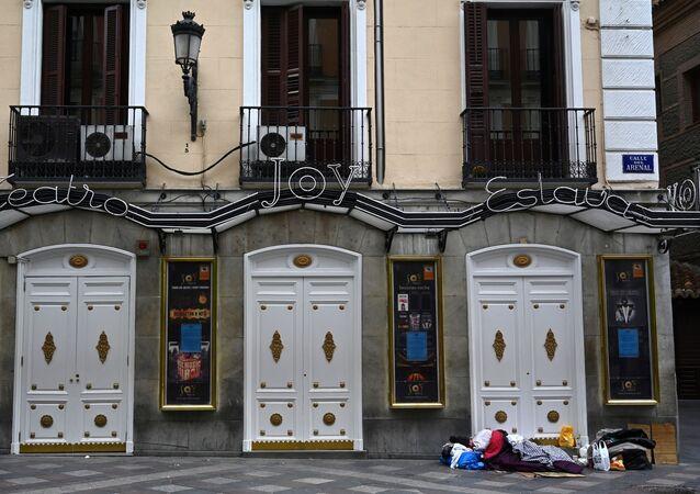 Una persona sin hogar duerme en una calle céntrica de Madrid el pasado mes de marzo