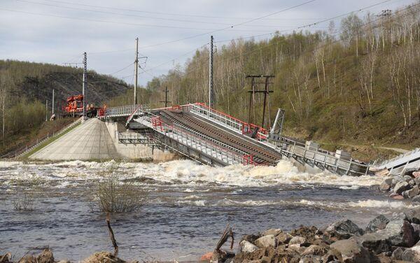 El puente por donde pasaban los trenes se derrumbó en la región de Murmansk, Rusia - Sputnik Mundo