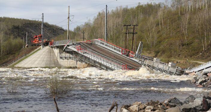 El puente por donde pasaban los trenes se derrumbó en la región de Murmansk, Rusia