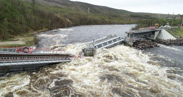 El puentre se desplomó en medio del río en Múrmansk, Rusia
