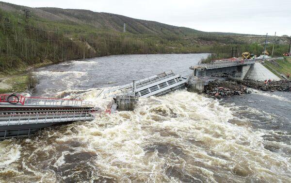 El puentre se desplomó en medio del río en Múrmansk, Rusia - Sputnik Mundo