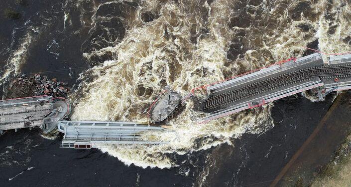 Una vista aérea del derrumbe del puente tras su derrumbe en Múrmansk, Rusia