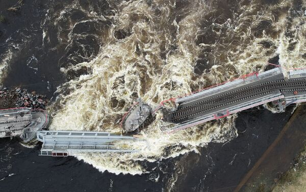 Una vista aérea del derrumbe del puente tras su derrumbe en Múrmansk, Rusia - Sputnik Mundo