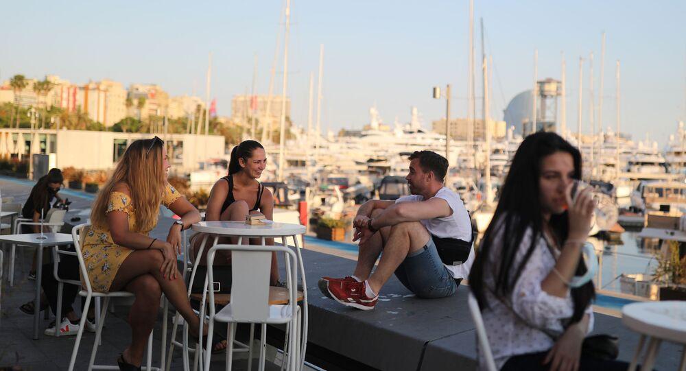 Gente en la terrazza de un bar en Barcelona durante el brote de coronavirus en España