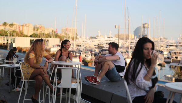 Gente en la terrazza de un bar en Barcelona durante el brote de coronavirus en España - Sputnik Mundo