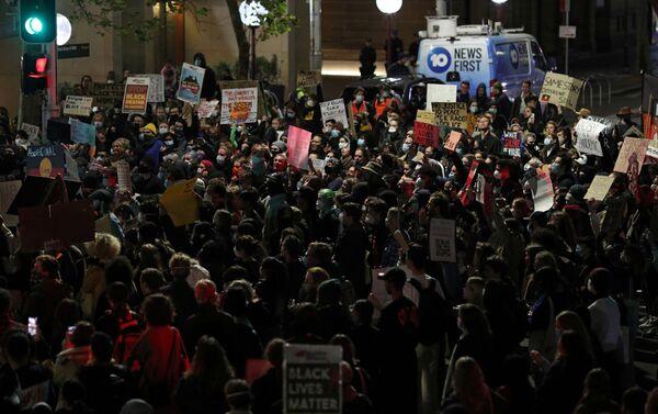 Una manifestación en Sídney por la muerte del afroamericano George Floyd en EEUU - Sputnik Mundo