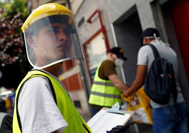 Un voluntario durante el brote de coronavirus en España