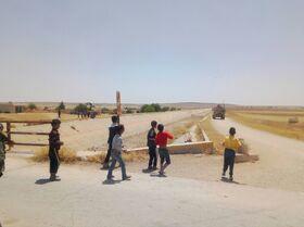Niños sirios lanzan piedras a una patrulla estadounidense