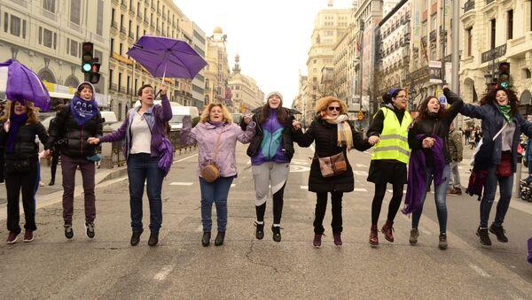 Manifestación de mujeres feministas en Madrid - Sputnik Mundo