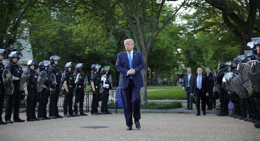 El presidente de EEUU Donald Trump rodeado de policías en Washington