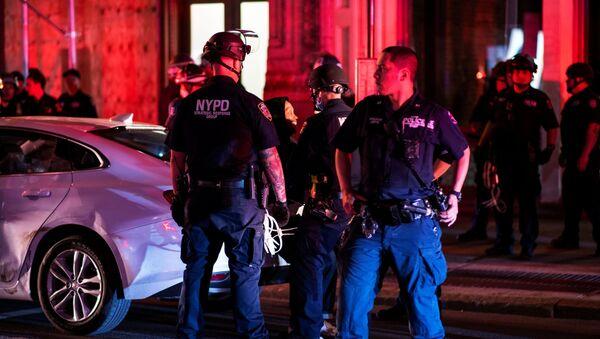 Policía durante las protestas en Nueva York por el asesinato de George Floyd - Sputnik Mundo