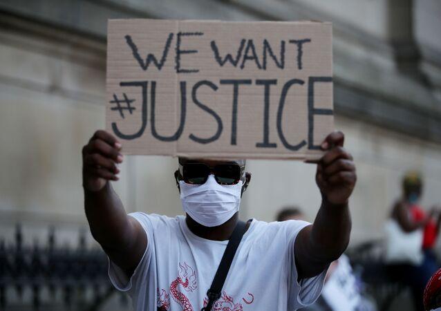 Un protestante durante las manifestaciones por el asesinato de George Floyd