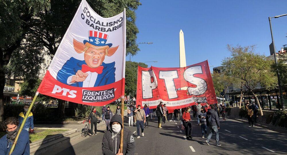 Manifestantes argentinos marchan contra la represión policial en EEUU