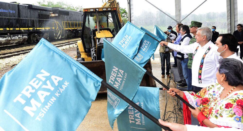 El presidente de México, Andrés Manuel López Obrador, da banderazo a construcciones del Tren Maya