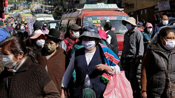 Personas con mascarilla en La Paz, Bolivia - Sputnik Mundo