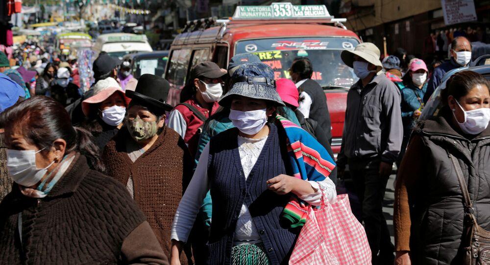 Personas con mascarilla en La Paz, Bolivia