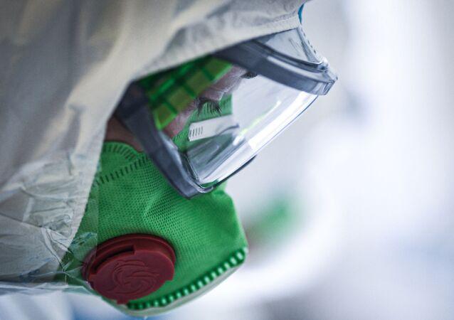 Un médico en traje de protección