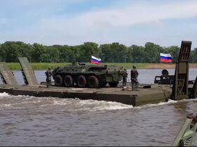 Lo ingenieros militares rusos atraviesan un río con un pontón de 60 metros de largo
